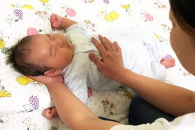 優しく赤ちゃんに声をかけます